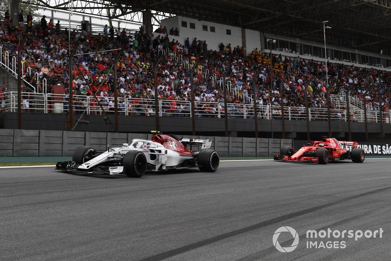 Шарль Леклер, Sauber C37 попереду Себастьяна Феттеля, Ferrari SF71H