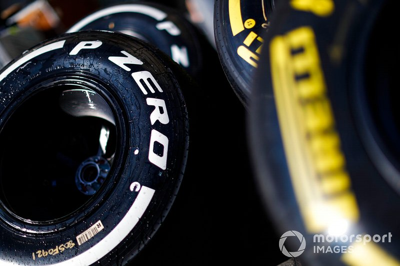 Neumáticos pirelli en el paddock
