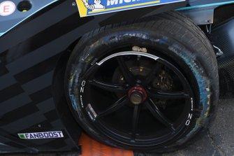 Punctured rear wheel of Gary Paffett, HWA Racelab, VFE-05