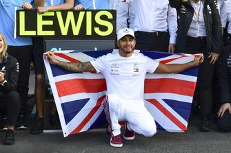 Lewis Hamilton, Mercedes AMG F1 celebrates with his team