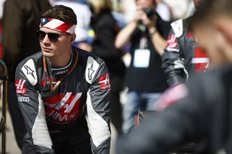 A Haas F1 mechanic on the grid with patriotic headwear