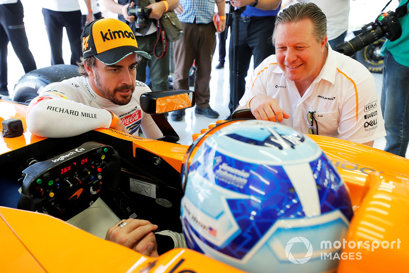 Jimmie Johnson dans la McLaren, Fernando Alonso, Zak Brown