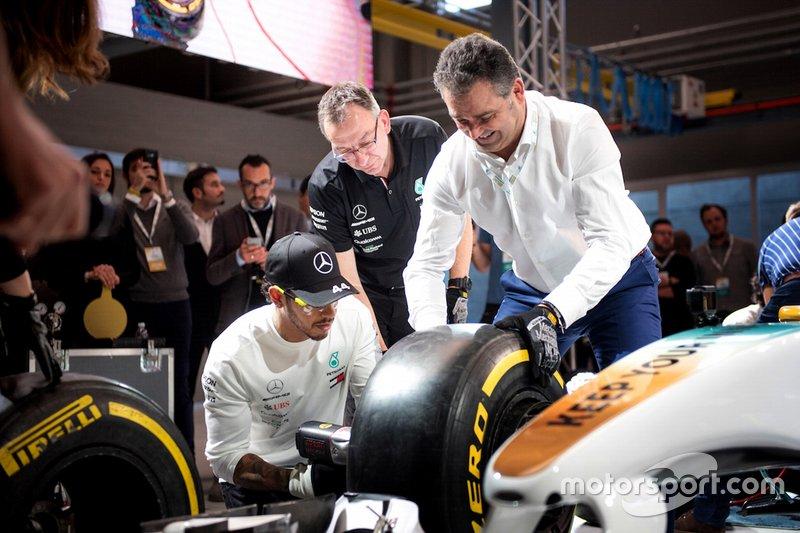 Lewis Hamilton, Mercedes-AMG Petronas Motorsport compite en el desafío Pit stop