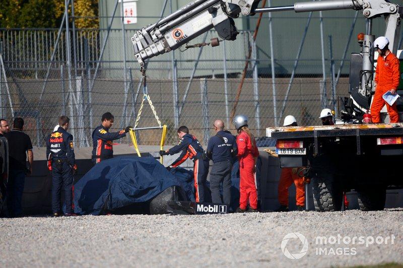 La voiture endommagée de Pierre Gasly, Red Bull Racing RB15 est ramenée