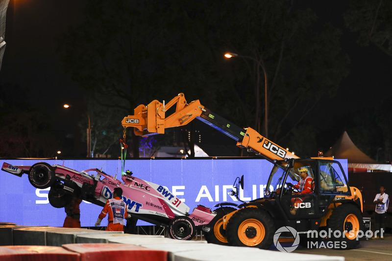 Les commissaires écartent la voiture endommagée d'Esteban Ocon, Racing Point Force India VJM11