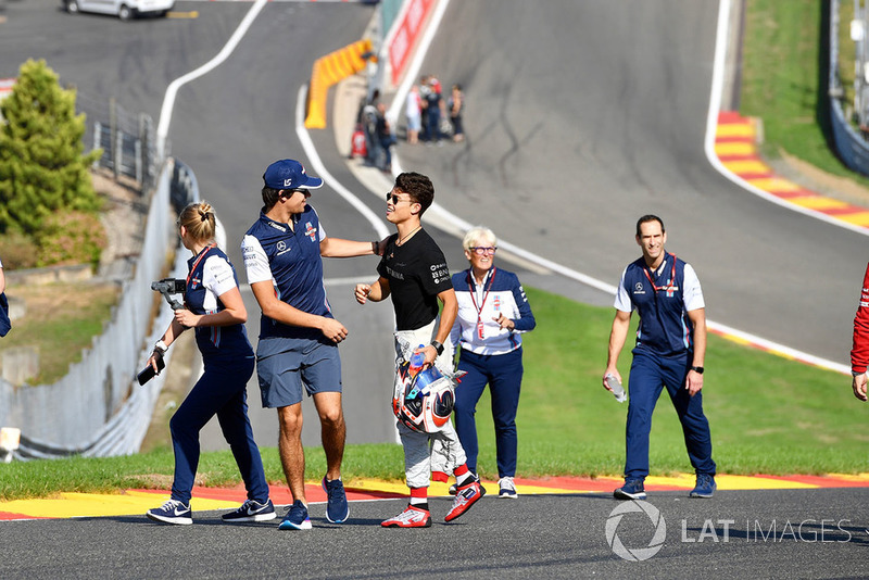 Lance Stroll, Williams Racing parcourt la piste à pieds avec Nyck De Vries,