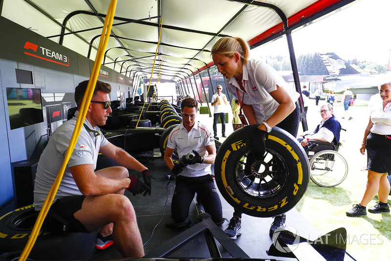 Stoffel Vandoorne, McLaren, s'entraîne aux changements de pneus dans la fan zone