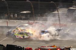 Un énorme accident impliquant plusieurs voitures