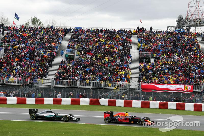 Даніель Ріккардо, Red Bull Racing RB12 випереджаэ Ніко Росберга, Mercedes AMG F1 W07 Hybrid