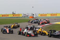 Ромен Грожан, Haas F1 Team VF-16 проезжает мимо Льюиса Хэмилтона, Mercedes AMG F1 W07 и Кими Райккон