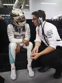 Гонщик Mercedes AMG F1 Льюис Хэмилтон и Питер Боннингтон