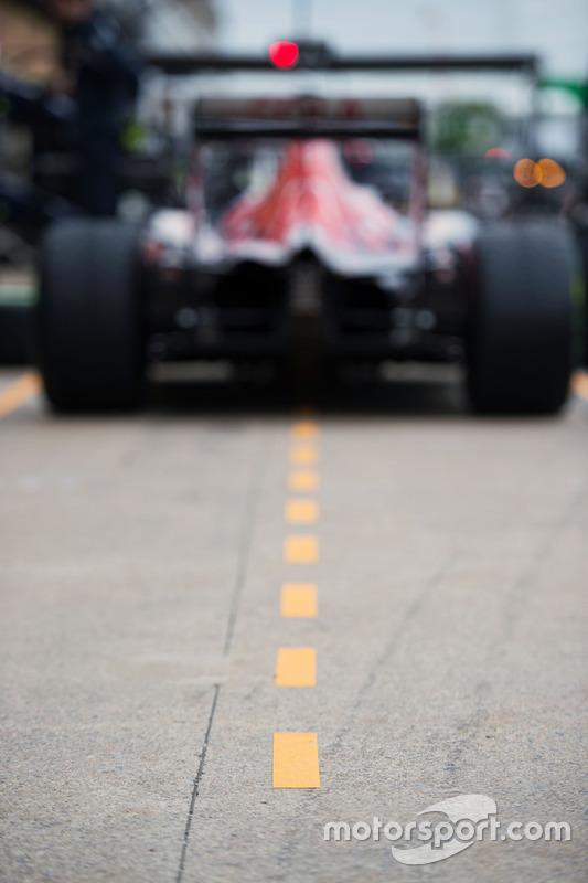 Scuderia Toro Rosso STR11 in der Boxengasse