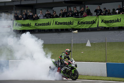 Tom Sykes, Kawasaki Racing Team, celebra su victoria en la prueba 2