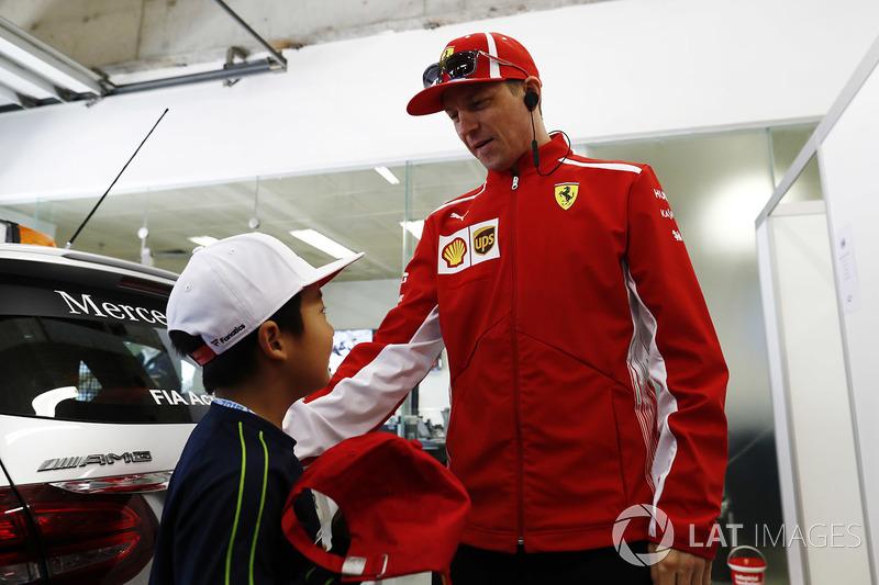 Kimi Raikkonen, Ferrari, con un joven fan