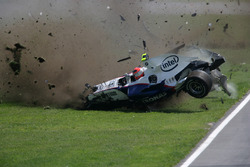 Robert Kubica, BMW Sauber F1.07, crashes heavily during the race