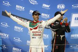 Podio: il vincitore della gara Esteban Guerrieri, Honda Racing Team JAS, Honda Civic WTCC