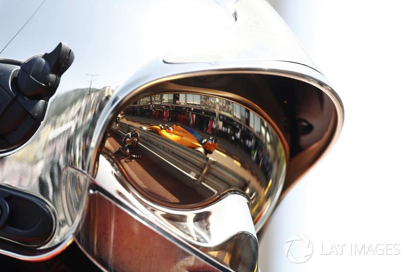 Fernando Alonso, McLaren MCL33, reflejo en el visor de un jefe de bomberos