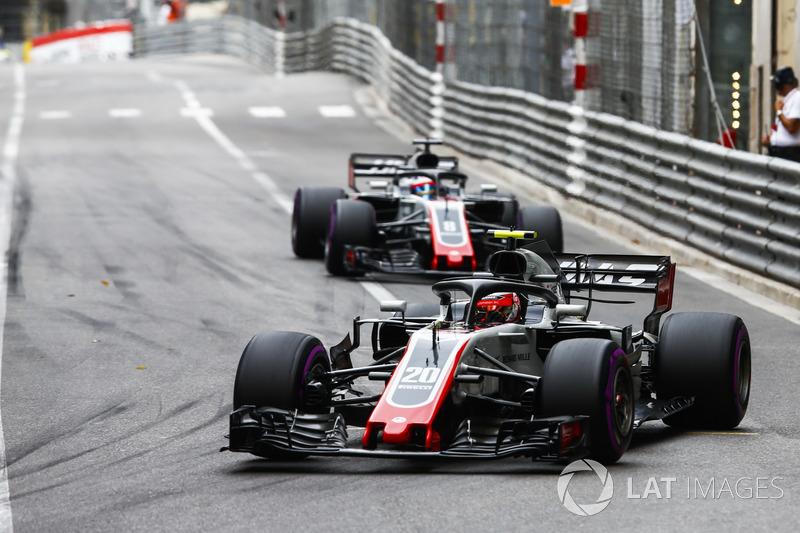 Kevin Magnussen, Haas F1 Team VF-18 y Romain Grosjean, Haas F1 Team VF-18