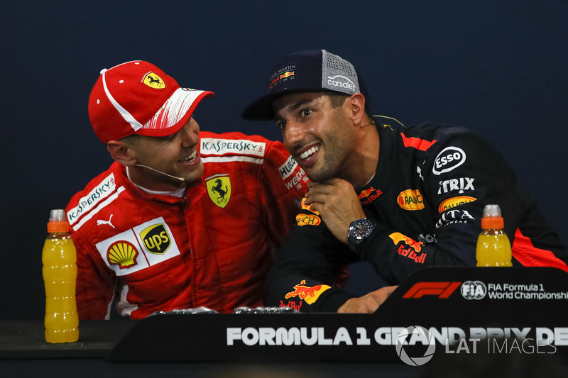 Sebastian Vettel, Ferrari y Daniel Ricciardo, Red Bull Racing en la conferencia de prensa