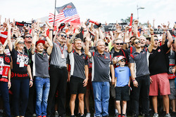 Guenther Steiner, Takım Patronu, Haas F1 Team, Kevin Magnussen, Haas F1 Team, Gene Haas, Takım Sahibi, Haas F1 Team, Romain Grosjean, Haas F1
