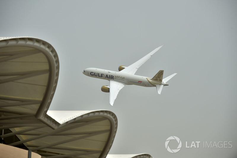 Пролет Airbus A350 над трассой