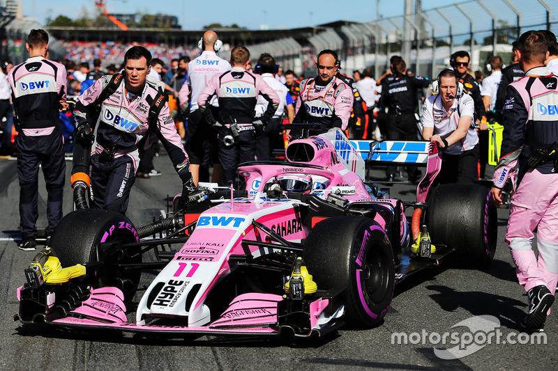 Sergio Pérez, Force India VJM11 con mecánicos en la parrilla