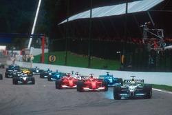 Ralf Schumacher, Williams FW23 BMW va al bloccaggio davanti a Michael Schumacher, Ferrari F2001, Rubens Barrichello, Ferrari F2001 e Giancarlo Fisichella, Benetton B201 Renault dopo la seconda partenza