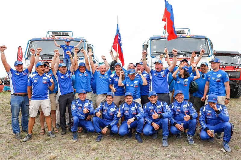 #500 Team Kamaz Master: Eduard Nikolaev, Evgeny Yakovlev, Vladimir Rybakov, #507 Team Kamaz Master: