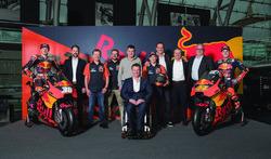 Bradley Smith, Red Bull KTM Factory Racing, Pol Espargaro, Red Bull KTM Factory Racing, Mika Kallio, Red Bull KTM Factory Racing, Pit Beirer, directeur de la compétition de KTM, Hubert Trunkenpolz, membre du conseil d'administration de KTM, Mike Leitner, Team Manager Red Bull KTM Factory Racing et l'équipe