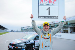 Michael Schrey feiert zusammen mit Bonk-Motorsport die Titelverteidigung