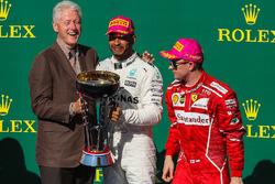 Race winner Lewis Hamilton, Mercedes AMG F1 celebrates on the podium with former US President Bill Clinton, second place Sebastian Vettel, Ferrari, third place Kimi Raikkonen, Ferrari and the trophy