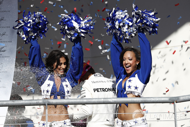 Las cheerleaders de los Dallas Cowboys en el podio
