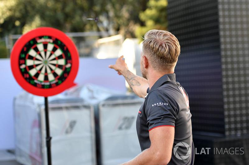 Kevin Magnussen, Haas F1 bermain darts