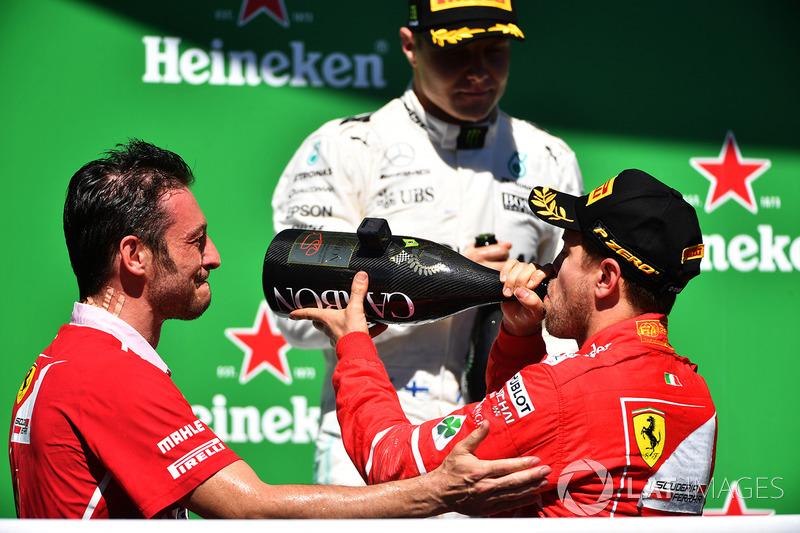 Podio:ganador de la carrera Sebastian Vettel, Ferrari, el segundo lugar Valtteri Bottas, Mercedes AMG F1 y G. Vietina, Ferrari