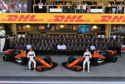 Fernando Alonso, McLaren and Stoffel Vandoorne, McLaren at the McLaren Team photo