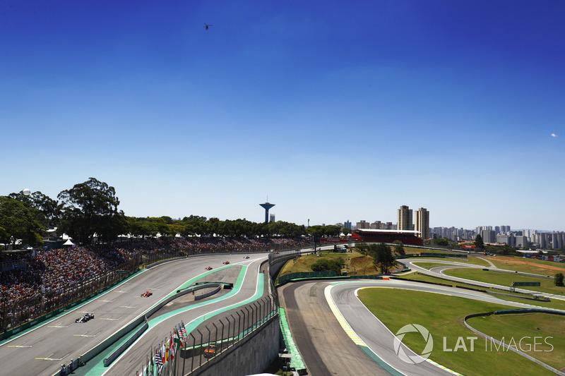 Valtteri Bottas, Mercedes AMG F1 W08, Sebastian Vettel, Ferrari SF70H, Kimi Raikkonen, Ferrari SF70H, en la parrilla