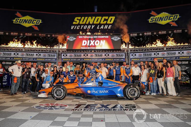 Scott Dixon, Chip Ganassi Racing Honda celebrates in victory lane with guests
