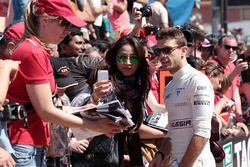 Jules Bianchi, Marussia F1 Team signe des autographes pour les fans