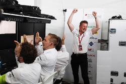 Allan McNish, Team Principal, Audi Sport Abt Schaeffler, festeggia la vittoria del titolo costruttori