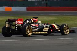 Charles Pic, Lotus E22 on 18 inch Pirelli tyres
