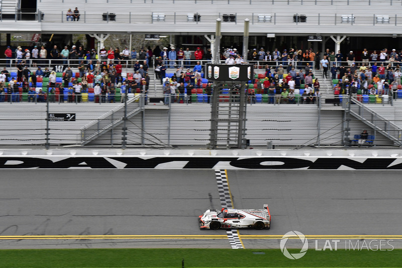 #6 Acura Team Penske Acura DPi, P: Дейн Кемерон, Хуан-Пабло Монтойя, Сімон Пажно перетинає фініш