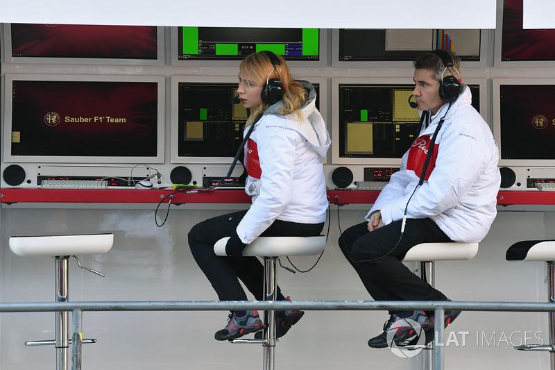 Гоночный стратег Alfa Romeo Sauber F1 Team Рут Баскомб и инженер Шеви Пухолар