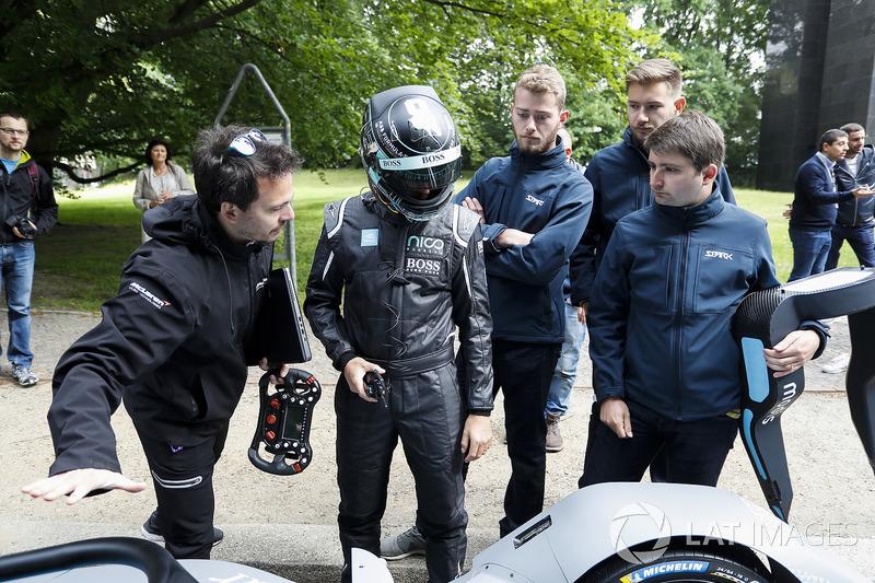 Kampiun Formula 1, Nico Rosberg bersiap turun ke jalan bersama mobil baru Formula E