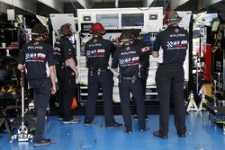 Kasey Kahne, Leavine Family Racing, Chevrolet Camaro Dumont Jets crew