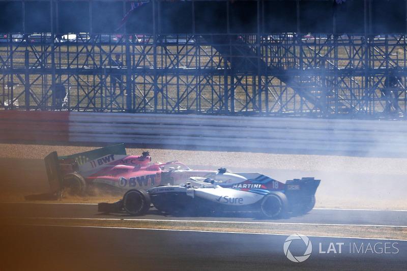 Sergio Perez, Force India VJM11, va sbattere contro un cartellone alla partenza, mentre transita Lance Stroll, Williams FW41