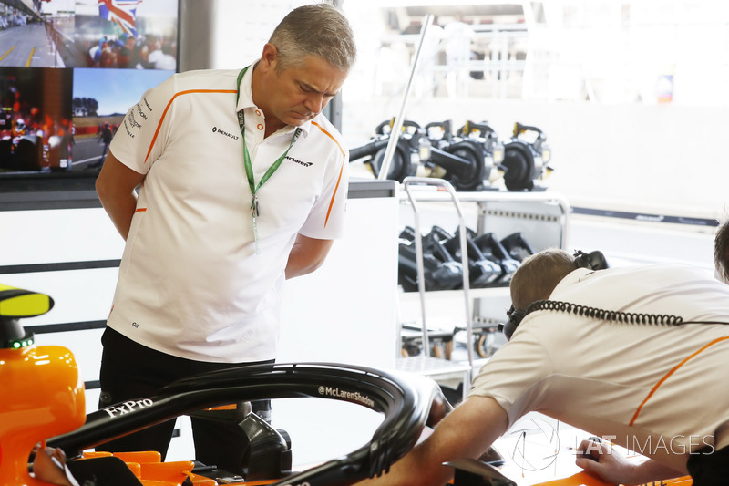 Gil de Ferran, director deportivo de McLaren, en el box
