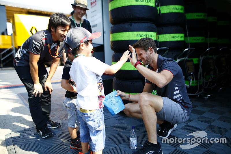 Romain Grosjean, Haas F1 Team, rencontre les invités avec son ingénieur Ayao Komatsu