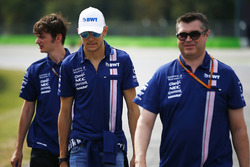 Esteban Ocon, Sahara Force India F1, walks the circuit, members of his team