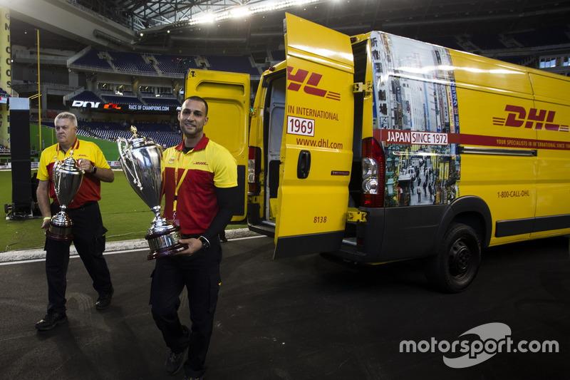 Los trofeos de la Copa de Naciones ROC para el podio