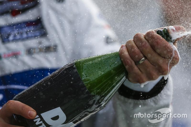 Champagne celebra